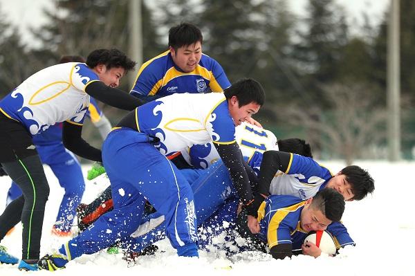 半世紀を超える津軽雪上ラグビー大会。今年も弘前(青森)で笑顔と熱戦。