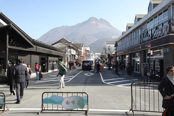 由布駅前。正面にそびえるのは由布岳。活火山独特の迫力がある