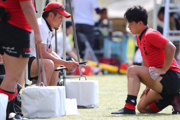 選手に語りかける大島監督。真っすぐな視線が意志の強さを感じさせる(撮影:早浪章弘)