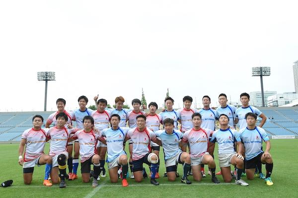 試合後の関東大学3部オールスターと4部オールスター。津久井主将は、前列左から4人目(撮影:山口高明)