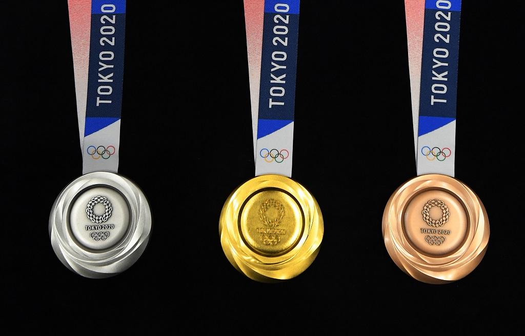 東京オリンピックのメダルデザイン発表 立体的な渦状で光り輝く