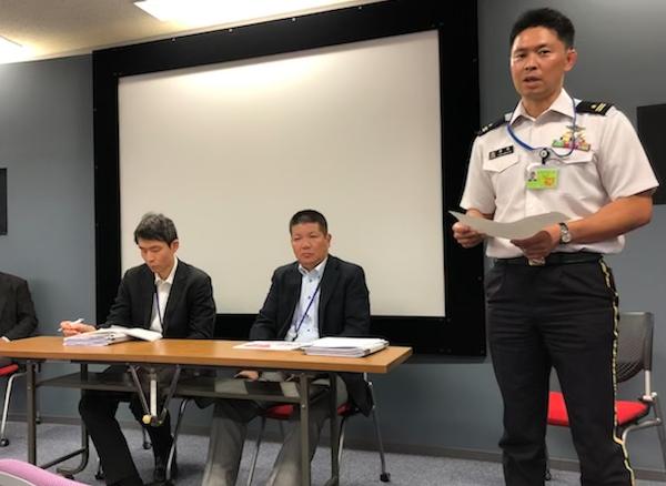 8月27日に防衛省内で会見が行われた。大会事務局にはラグビーマンが複数いる。若松さん(右)は桐蔭学園、防衛大学校でプレー