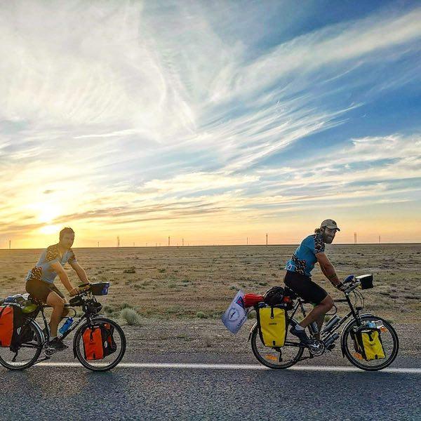 ロンドンから東京へ自転車で。2人のラグビーマンの、クレイジーでシリアスな挑戦