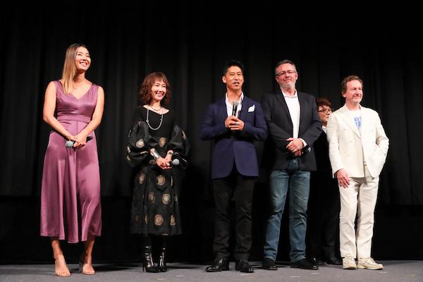中央は「JR」役のマサ・ヤマグチさん。実在のスタッフ・大村さんを好演した。作中にはエディ、リーチマイケル始め本人インタビューも度々登場する(撮影・松本かおり)