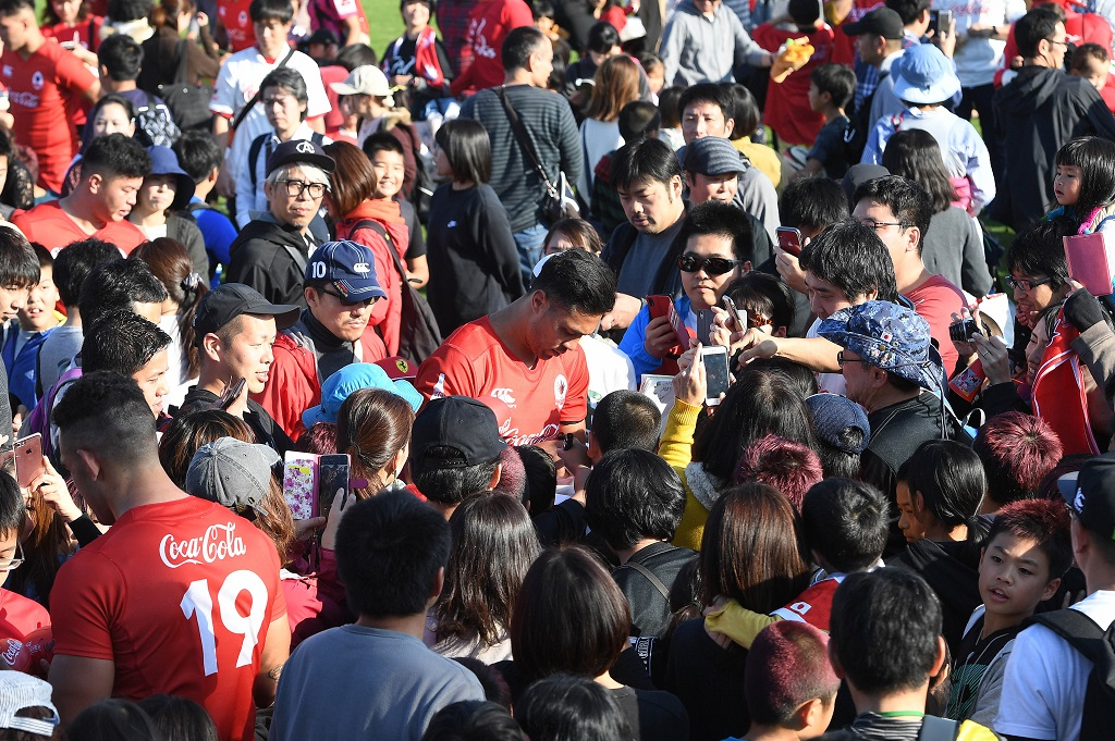 大勢のファンに囲まれるウィリアム・トゥポウ