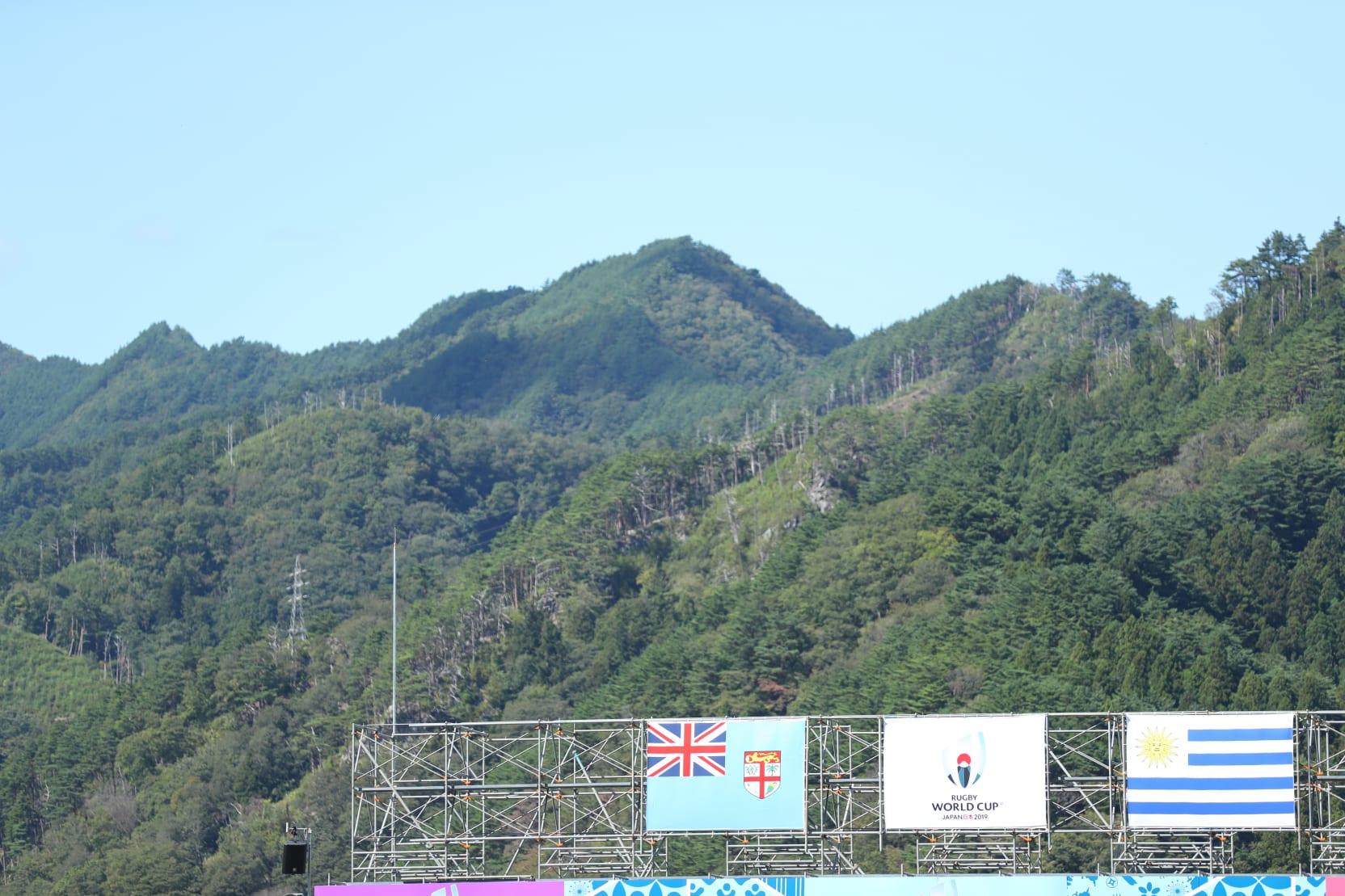 9月25日の釜石SWは快晴。対戦両国の国旗を風が揺らす(撮影・山口高明)