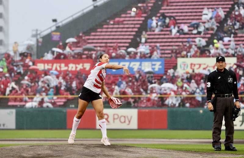 桜のジャージーがプロ野球始球式に。女子日本代表・佐藤優奈、投げた!