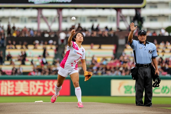 堤ほの花、大観衆の前で始球式。山中美緒も野球ファンにラグビーの価値伝える。