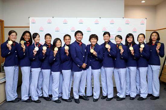 笑顔あり。涙あり。帰国のサクラセブンズ、アジア大会金メダルの感激を報告。