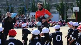 小学生、校長先生大興奮! オールブラックスが大阪でラグビー教室を開催。
