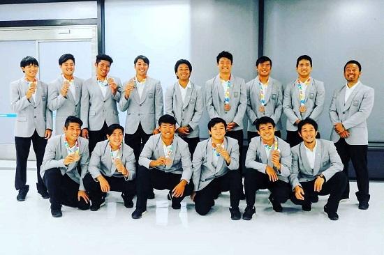 ゴールドの笑顔で。銅メダル獲得の男子セブンズユース日本代表帰国。