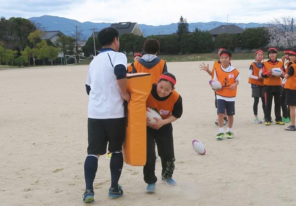 歓声を上げる小学生たち 奈良・天理でラグビークリニック