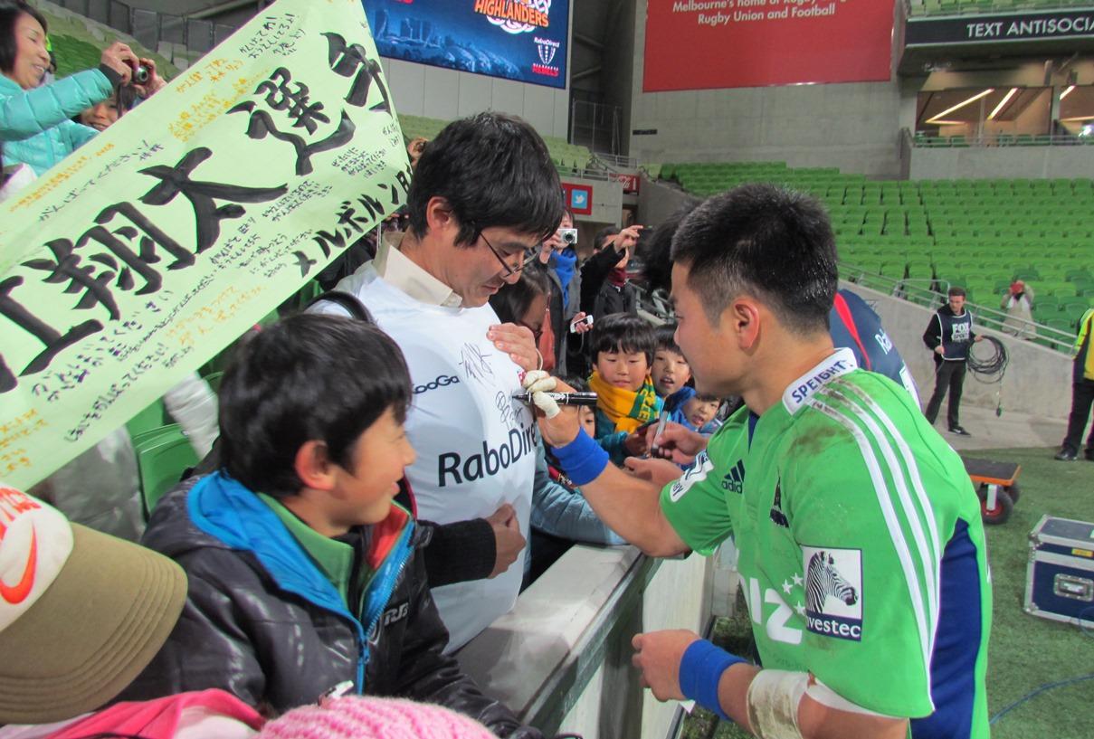 メルボルン在住の日本人ファンに快くサインをするハイランダーズの田中史朗(撮影:山田幸代)
