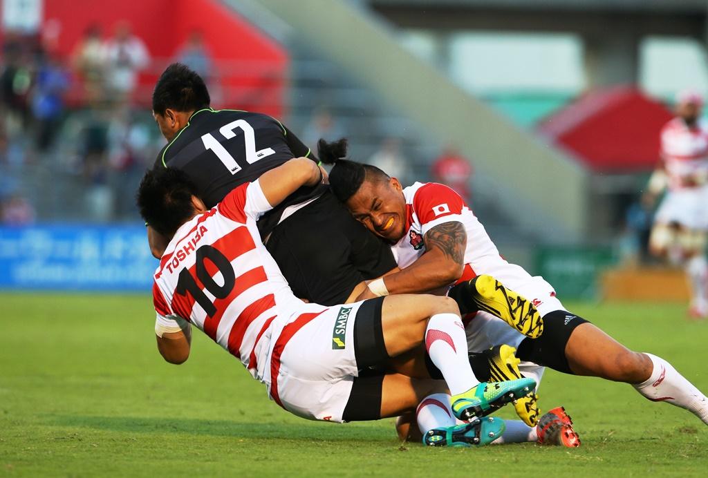 世界選抜に挑んだ日本代表だが、完敗。リアリイファノにタックルする立川とサウ(撮影:松本かおり)