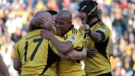 現役生活最後の試合となった日本選手権で優勝し、仲間と抱き合う英雄グレーガン。多くのファン…