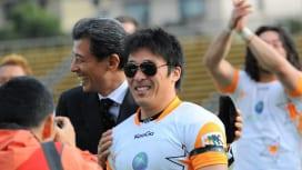 TLオールスターMVPに選ばれた水野に、舘ひろしさんはサングラスをプレゼント