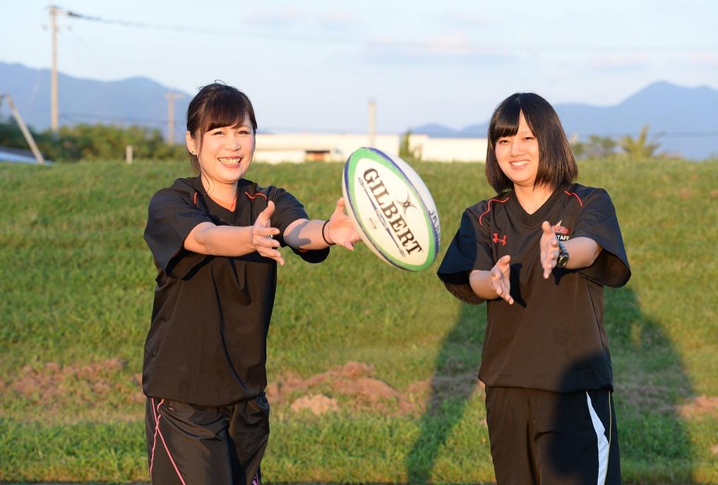 JR九州サンダース女子マネージャーの前田さん(左)と崎山さん(撮影:Hiroaki. UENO)