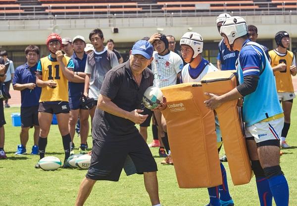 エディー・ジョーンズ前日本代表HC、大分でエネルギー溢れるラグビー教室。