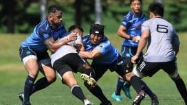 夏季強化試合のリコー戦でタックルするヤマハのタヒトゥアと日野(C)Hiroaki.UEN…