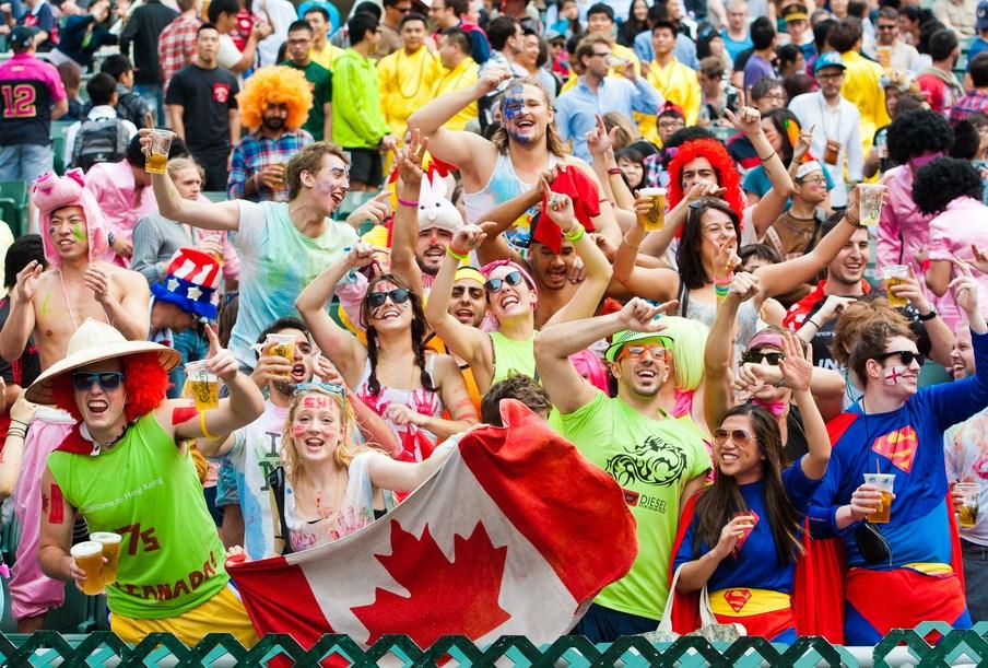 香港セブンズで盛り上がるファン。自由な応援スタイルもセブンズ観戦の魅力(写真提供:香港ラグビー協会)