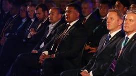 中央にジェイミーとエディー。RWC2019組分け抽選会で(C)World Rugby