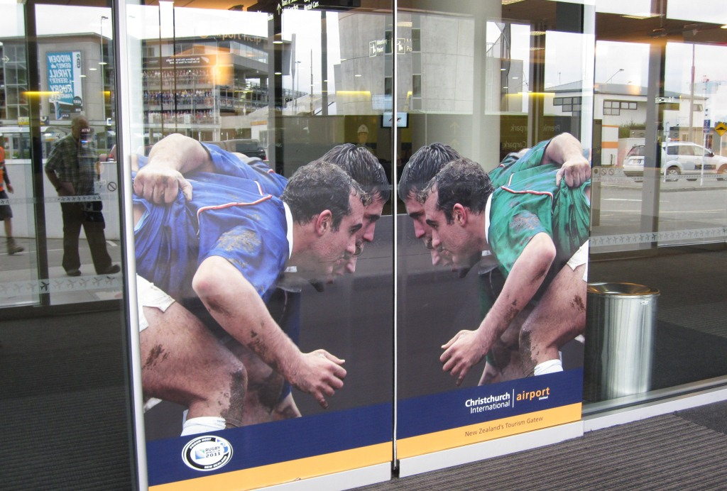 NZ各地の空港で見かけた自動ドア。スクラムエンゲージが楽しめるバージョンなど盛り上げる工夫がいっぱい