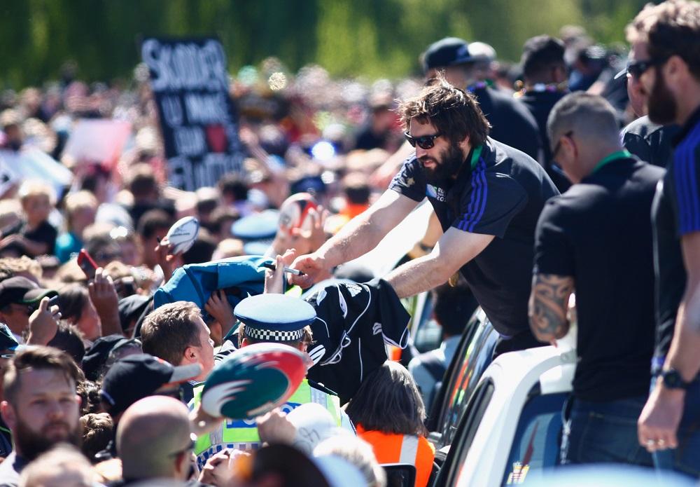 凱旋パレードでファンと交流するオールブラックスのサム・ホワイトロック(C)Getty Images