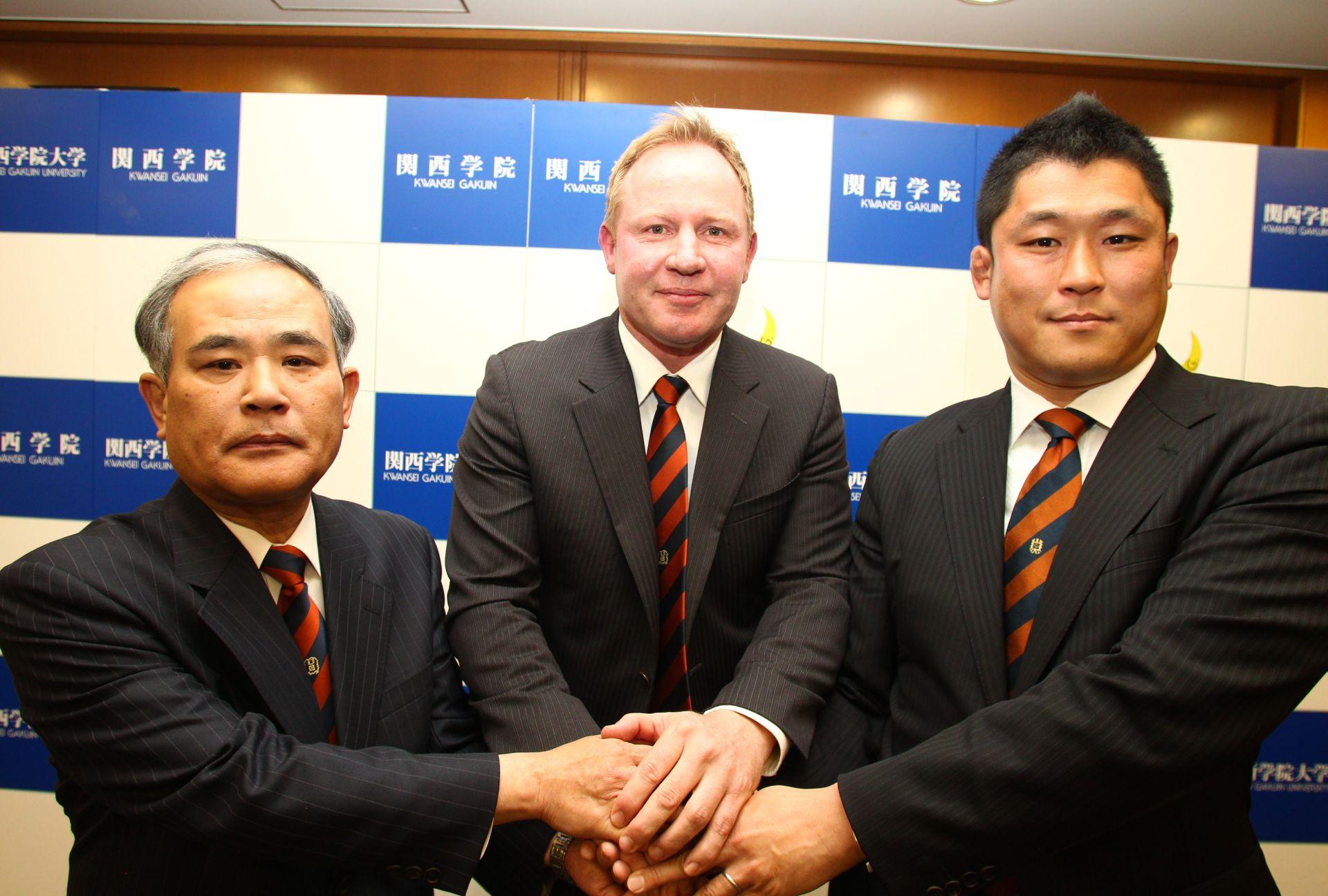 関西学院大ヘッドコーチに就任したアンドリュー・マコーミック氏(中)。右は萩井好次監督(撮影:BBM)