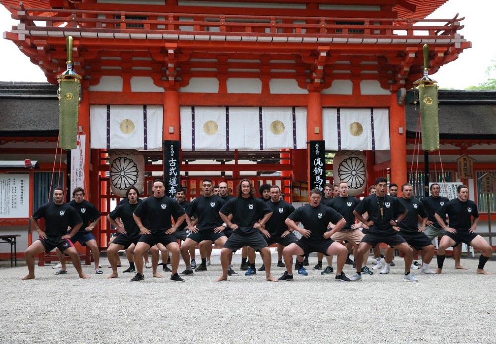 来日中のNZUが参拝した京都の下鴨神社で「ハカ」を奉納(C)YOSHIO ENOMOTO