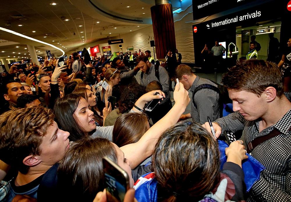 オークランド国際空港に出迎えた大勢のファンにサインするNZ代表バレット(C)Getty Images