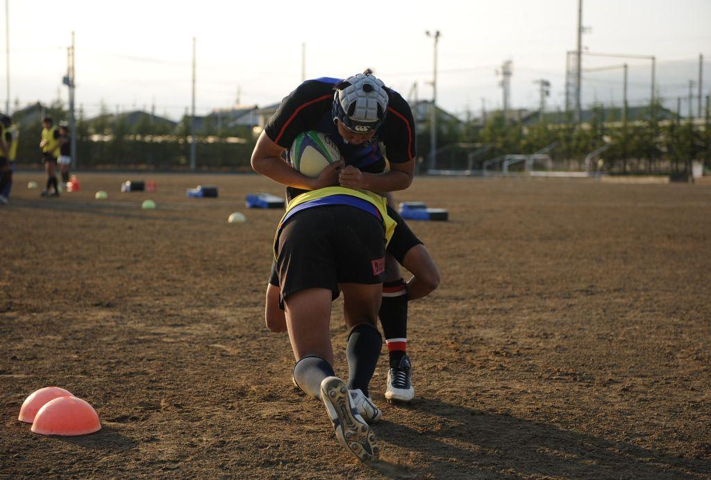 低く、鋭く、タックル練習を繰り返す選手。国内シーズン開幕まであと少し(撮影:BBM)