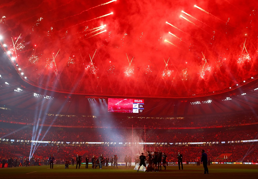 真っ赤に染まるトゥイッケナムスタジアム。NZの優勝を祝って盛大な花火(C)Getty Images