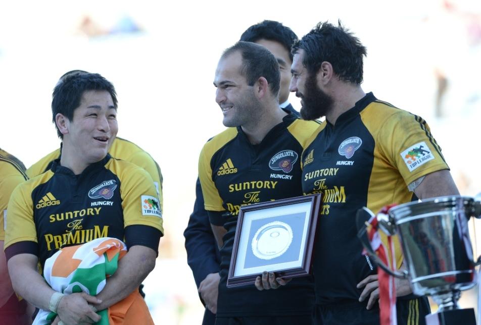 全勝で連覇を果たしたサントリー。表彰式で談笑する小野、デュプレア、スミス(撮影:松本かおり)