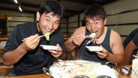 菅平合宿中の中央大。補食の鍋を食べる藤田純平選手(左)と荒川遼司郎選手(C)Hiroak…