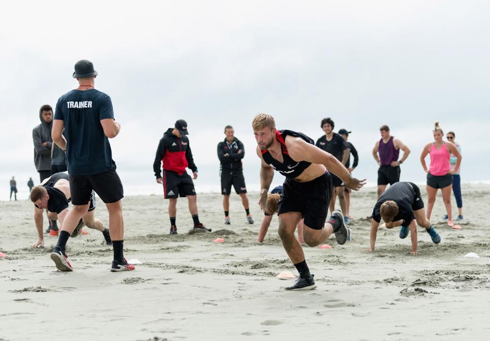 夏のNZ。スーパーラグビー3連覇目指すクルセイダーズは砂浜で鍛錬中(C)Getty Images