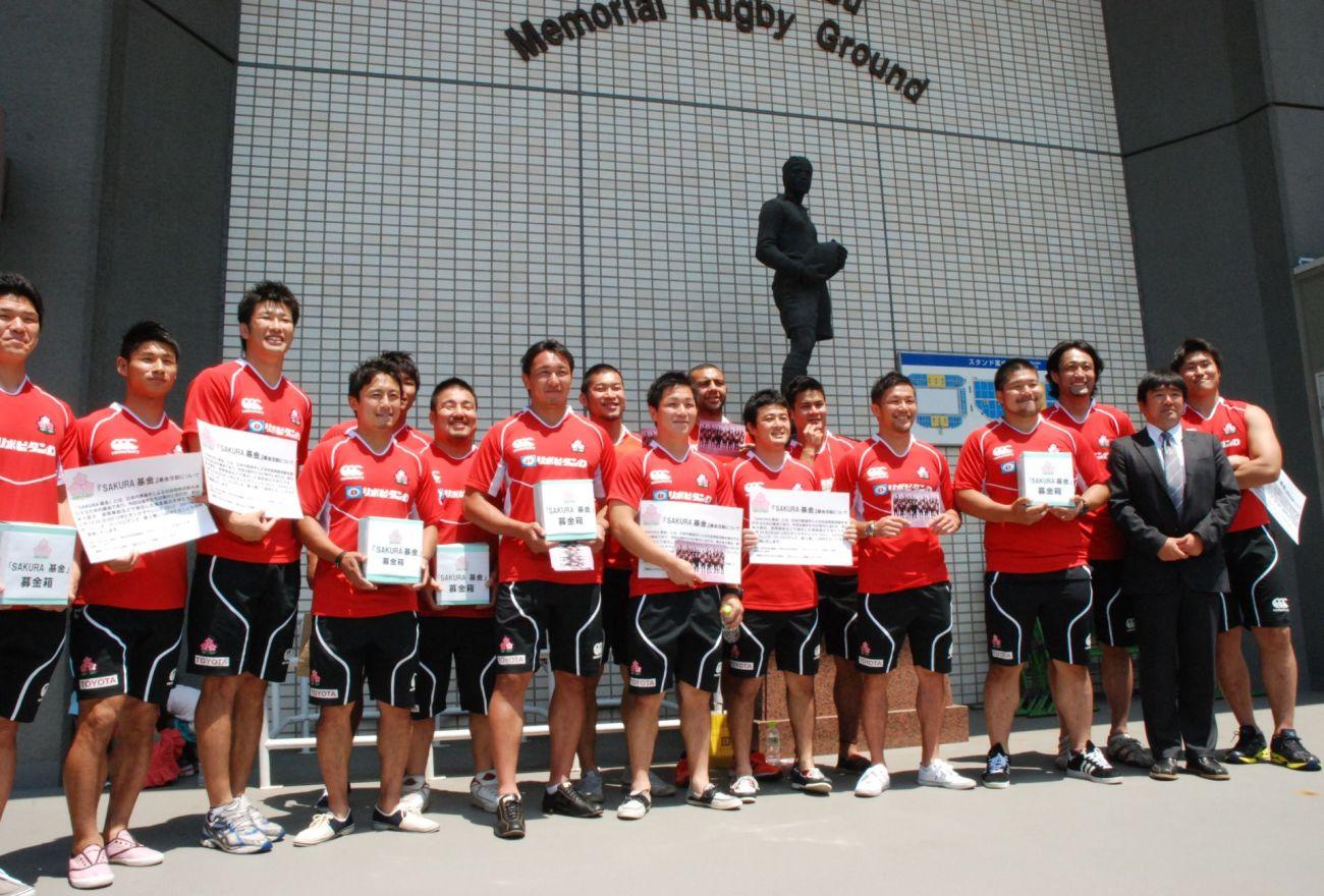 地震と原発事故で被災した子供たちを試合に招く為、募金活動を行った日本代表選手たち(撮影:松本かおり)