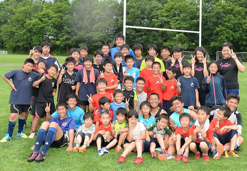 はじける笑顔。遠軽高校ラグビー部と遠軽ラグビースクールの子どもたち(撮影:Hiroaki.UENO)