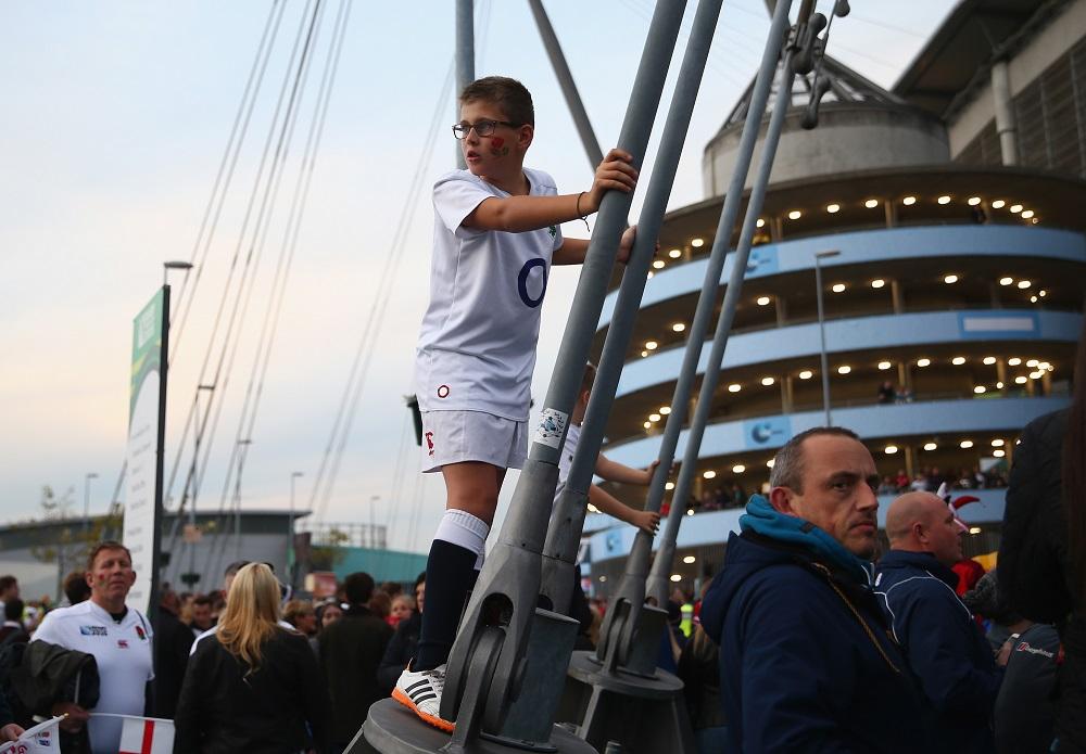 英国・マンチェスター。イングランド代表の会場到着を待つ少年(C)Getty Images