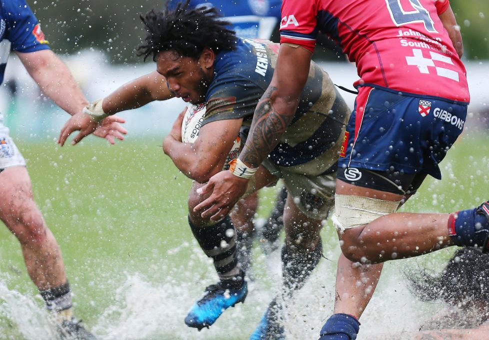 水しぶきをあげながら豪快に突進するオークランドのTJ・ファイアネ(C)Getty Images