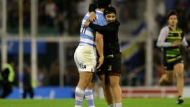 負けても、英雄だ。アルゼンチンのモローニに駆け寄りハグする若いファン(C)Getty I…