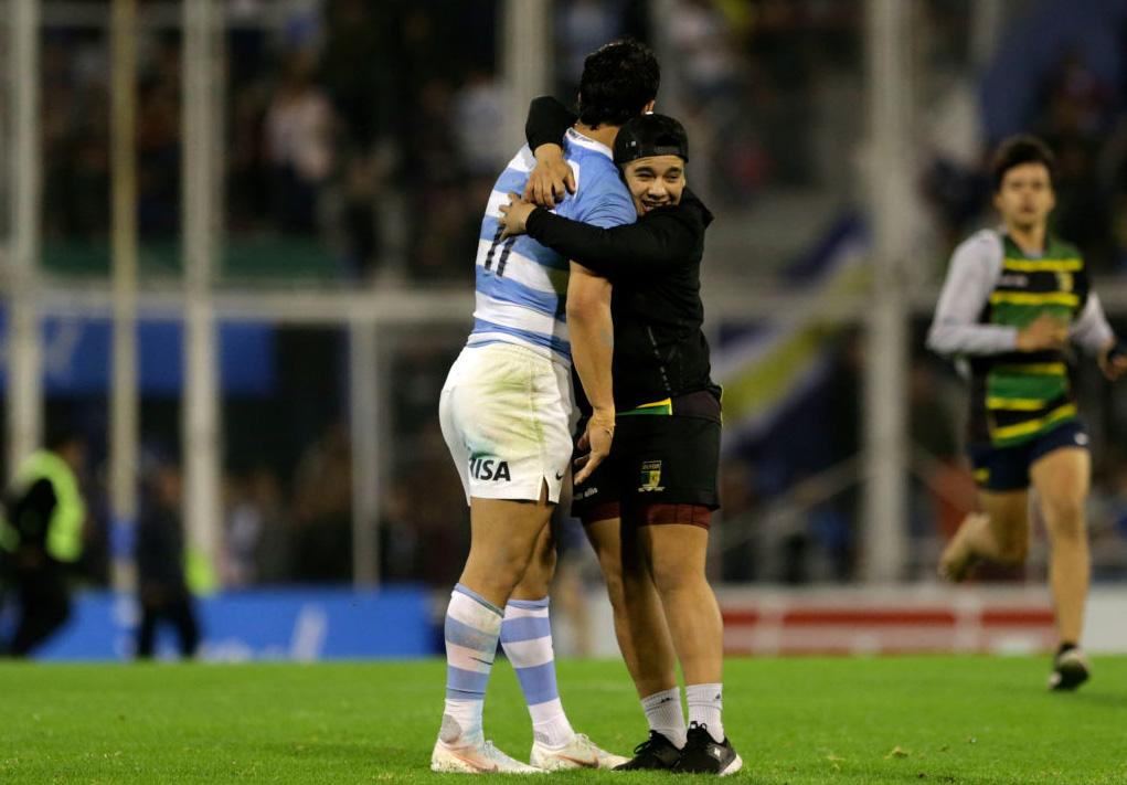 負けても、英雄だ。アルゼンチンのモローニに駆け寄りハグする若いファン(C)Getty Images