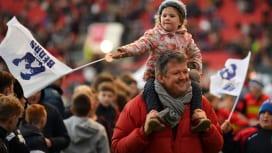 パパと一緒にラグビー観戦。ブリストルの試合会場で雰囲気を楽しむファン(C)Getty I…