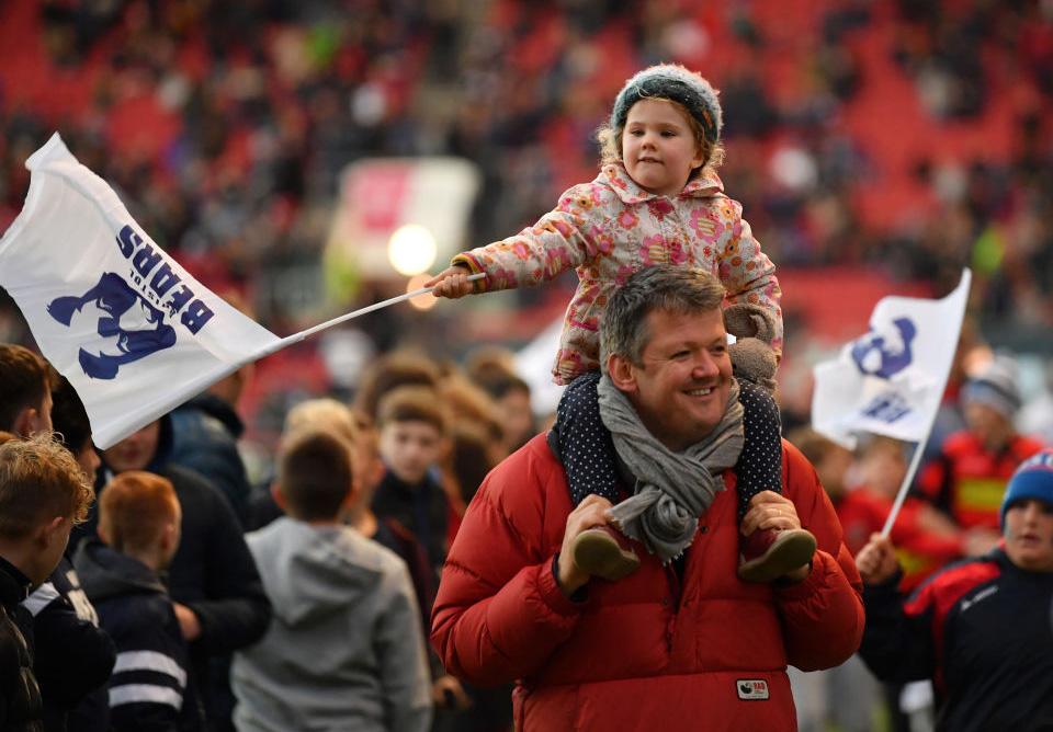 パパと一緒にラグビー観戦。ブリストルの試合会場で雰囲気を楽しむファン(C)Getty Images