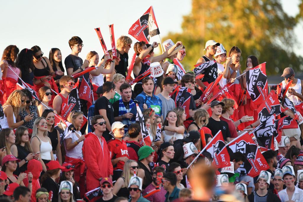 多くの若者も観戦した満員のホームで、クルセイダーズはブルーズに逆転勝ち(C)Getty Images