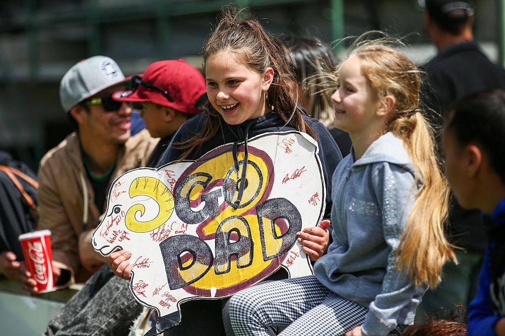 ラグビーの試合に出るお父さんを応援に来た女の子。in ニュージーランド(C)Getty Images