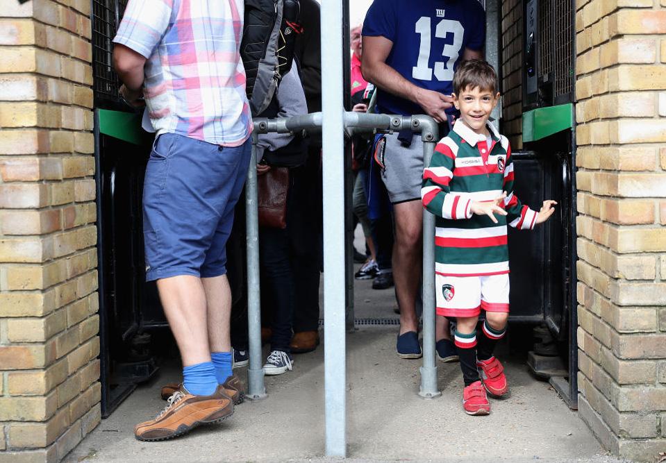 楽しい週末。トゥイッケナムストゥープにレスタータイガースを観に来た少年(C)Getty Images