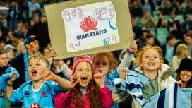 「ゴー、ゴー、ワラターズ!」。スタジアムで声援を送る子どもたち(C)Getty Imag…