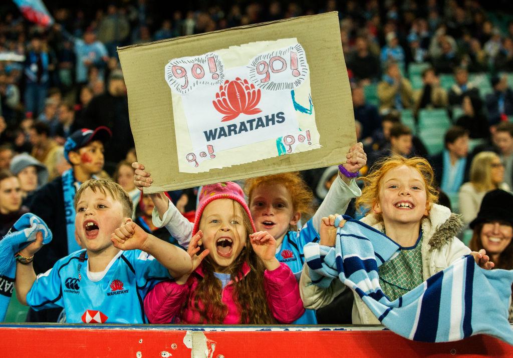 「ゴー、ゴー、ワラターズ!」。スタジアムで声援を送る子どもたち(C)Getty Images