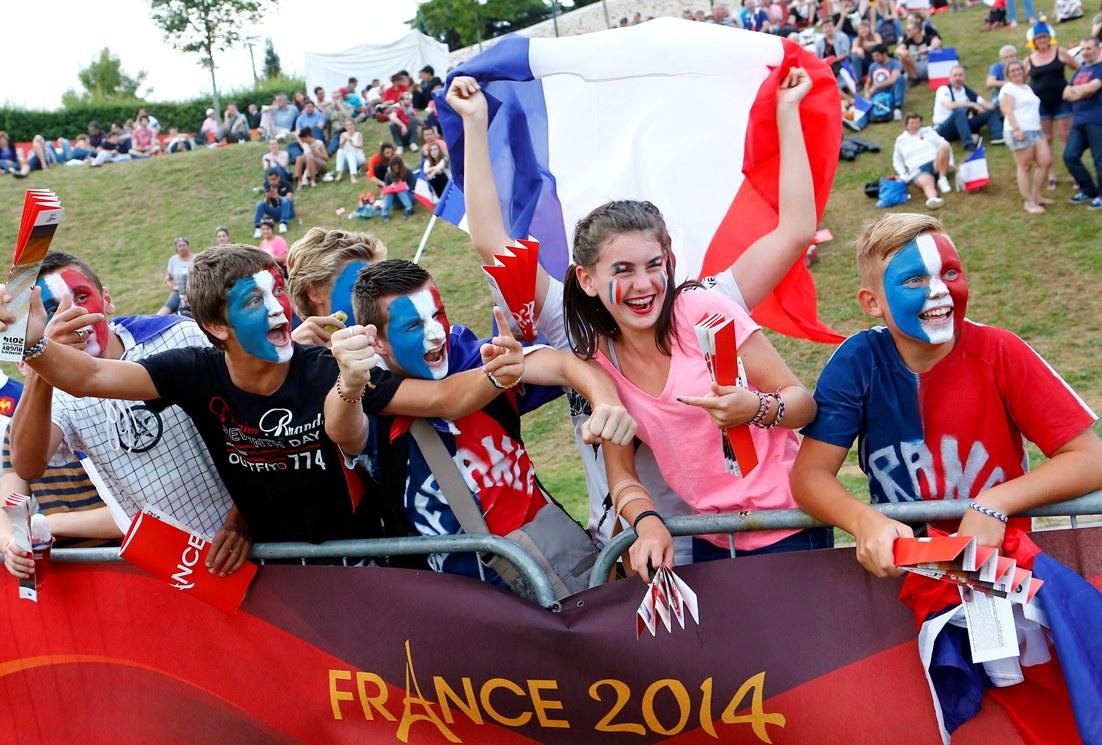 女子W杯で開催国フランスの代表選手を応援する少年少女(Photo: I. Picarel /IRB)