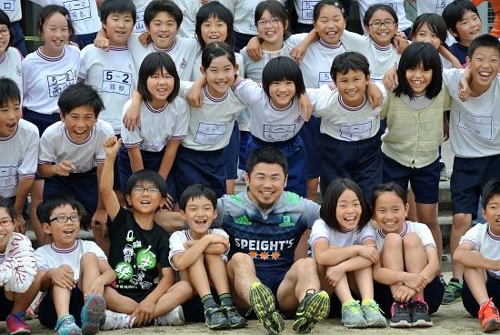 心の底から笑い、走った。トシさん、フミ、ハタケが熊本の小学校へ。
